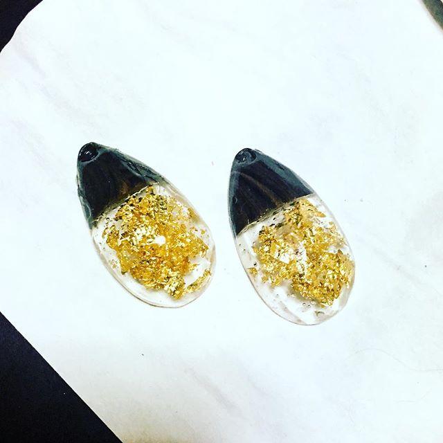 久しぶりにレジン 筆が見当たらなくて楊枝で仕上げの塗りしたら悲惨な結果にw でも透明でキラキラなのは好きです( ^ω^ ) #ポリマークレイ #ポリマークレイアクセサリー #UVレジン #polymerclay #polymerclayjewelry (Instagram)