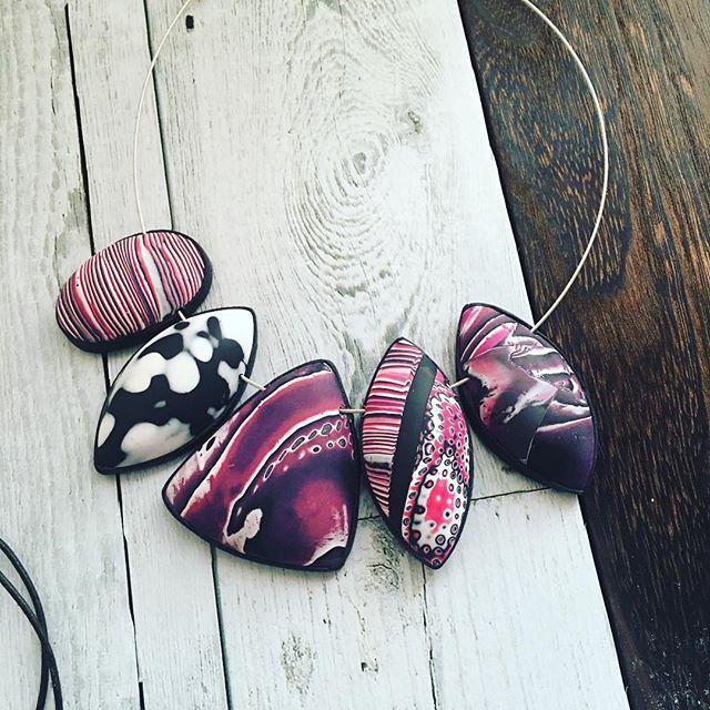 どう組み立てようかな、と悩みだして24時間経過 単に間にビーズ入れるかチューブ入れるかパール挟むかで悩み中。 大きな中空ビーズ作るの楽しいです #ポリマークレイ #ポリマークレイアクセサリー #polymerclay #polymerclayjewelry #polymerclaynecklace #ハンドメイドアクセサリー #ハンドメイド好きさんと繋がりたい