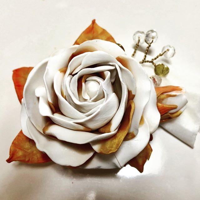 パールとゴールドのバラ(°▽°) このサイズ初挑戦…ッ蕾とビーズの小花も付けてコサージュっぽく。カットソーでもお辞儀はしなかったからスーツに付けても大丈夫かな明日は息子の高校卒業式です(´∀`*) #polymerclay #polymerclayflowers #corsage #clayflower #polymerclaybrooch #ポリマークレイ #ポリマークレイアクセサリー #息子の卒業式