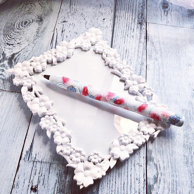 オーブンに入れても溶けないよって言う噂のボールペンをやっと買ったのでお試しに手元にあったケイン貼り付けて作ってみました(°▽°)お花と金魚渦巻きの周りにラメを練りこんだトランスルーセント埋めてみたらいい感じにキラキラ(°▽°)今は磨いてないのでマットな感じです。蓋作り終えたら磨きます#ポリマークレイ #ポリマークレイクラフト #ポリマークレイ作品 #ポリマークレイペン#ポリマークレイ作家さんと繋がりたい #自作文房具 #polymerclay #polymerclaypen #ハンドメイド
